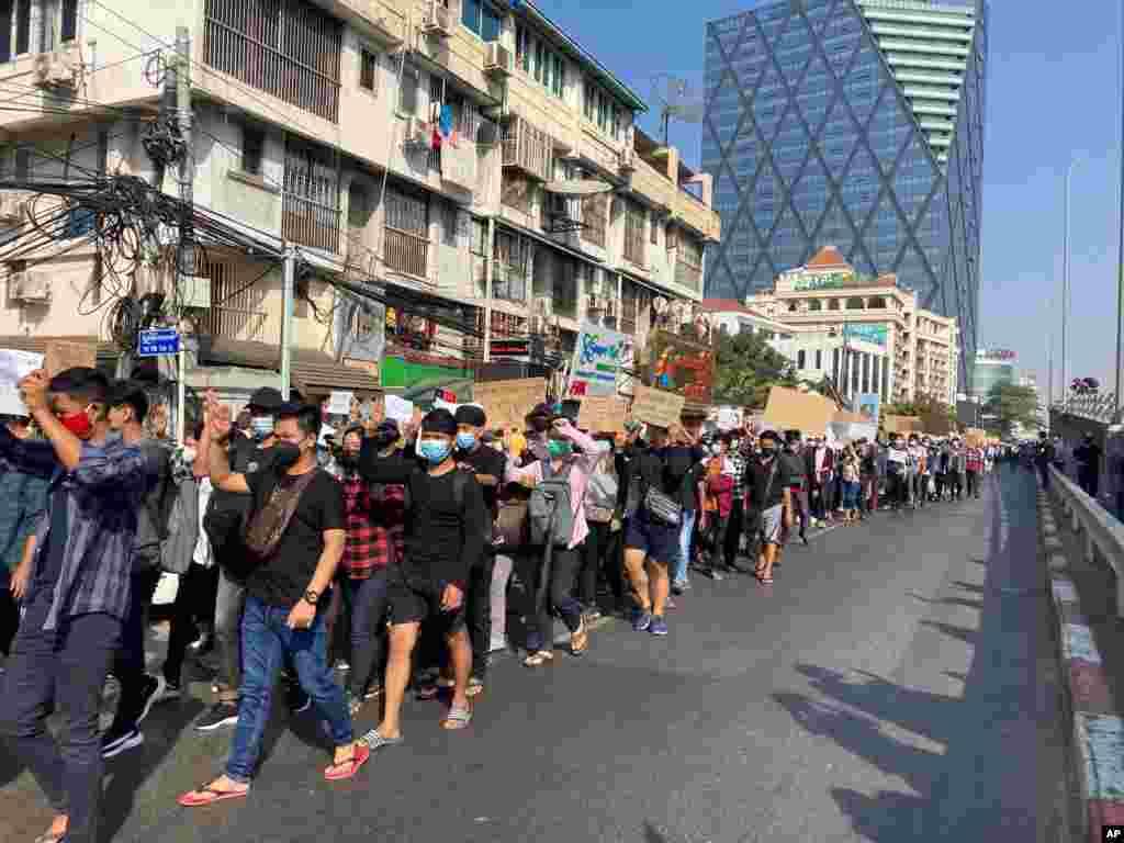 معترضان به کودتا در میانمار در بزرگترین شهر این کشور با نشاندادن سه انگشت خود، به کودتاگران اعتراض میکنند.