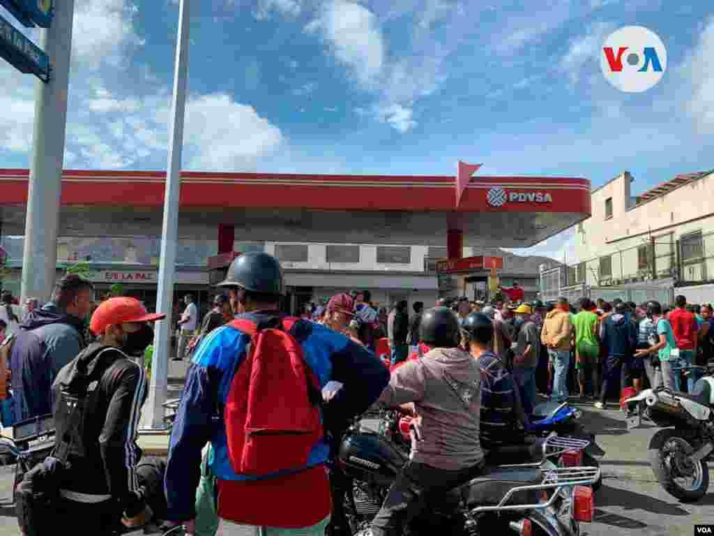 Esta estación, también en el oeste y a unas pocas cuadra de la primera, presentaba cola de vehículos y motos. Este el segundo aumento del precio de la gasolina de la era chavista. El primero fue en 2016 y no fue a precio internacional.