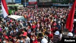 緬甸首都仰光大批示威者星期六(2021年2月6號)走上街頭抗議軍人發動政變。緬甸軍方切斷了網絡。 (路透社照片)