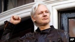 រូបឯកសារ៖ នៅក្នុងរូបថត ថតនៅថ្ងៃទី ១៩ ខែឧសភា ឆ្នាំ២០១៧ នេះ លោក Julian Assange ស្ថាបនិកគេហទំព័រ WikiLeaks បានស្វាគមន៍អ្នកគាំទ្រនៅខាងក្រៅស្ថានទូតអេក្វាឌ័រនៅទីក្រុងឡុងដ៍ ទីដែលលោកបាននិរទេសខ្លួនទៅ តាំងពីឆ្នាំ ២០១២។