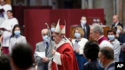 Pap Franswa ki t ap selebrfe yon mès nan Bazilik Sen Pyè nan Vatikan an dimanch 31 me 2020.