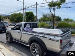 Las funerarias en El Salvador cobran entre 200 y 1.700 dólares por el servicio funerario con protocolo COVID. Esta caravana se dirige a Tejutla, Chalatenango.