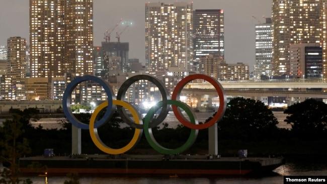 Logo Olimpiade yang dipasang di platform terapung terlihat menjelang Olimpiade Tokyo 2020 di Tokyo. (Foto: Reuters)