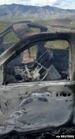 Gambar yang diperoleh dari media sosial ini menampilkan puing-puing kendaraan yang hangus terbakar di Bavispe, Sonora, Meksiko, 4 November 2019. (Kredit Kenneth Miller / Lafe Langford Jr.)