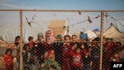 Raseljena deca iz Sirije u izbegličkom kampu u Idlibu, blizu sirijsko-turske granice.