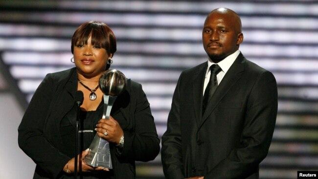 La fille de Nelson Mandela, Zindzi Mandela, et son petit-fils, Zondwa Mandela, acceptent le prix Arthur Ashe Courage Award sur Mandela lors des ESPY Awards 2009 à Los Angeles, le 15 juillet 2009.