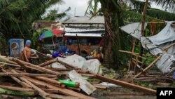Seorang warga memperhatikan rumah yang rusak saat puncak Taifun Phanfone di Tacloban, Provinsi Leyte, Filipina, 25 December 2019.