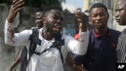 រូបឯកសារ៖ Alister ជាអ្នកតវ៉ាម្នាក់ដែលនិយាយថា បងប្រុសរបស់ខ្លួនឈ្មោះ Emeka បានស្លាប់ដោយសារគ្រាប់កាំភ្លើង ដែលមិនបានតម្រង់របស់កងកម្លាំងសន្តិសុខ នៅក្បែរកន្លែងបង់ថ្លៃពេលរថយន្តឆ្លងកាត់ Lekki ក្នុងទីក្រុង Lagos ប្រទេសនីហ្សេរីយ៉ា កាលពីថ្ងៃទី២០ ខែតុលា ឆ្នាំ២០២០។
