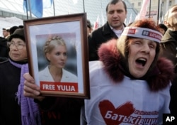 FILE - Protesters demand the release of then-imprisoned former prime minister of Ukraine Yulia Tymoshenko, at a rally in Kyiv, Ukraine, Feb. 25, 2013.
