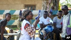 Katungo Methya, volontaire ya mibu 53, ya Croix Rouge ezali kopesa mateya mpo etali Ebola, na Beni, na Nord-Kivu, 7 avril 2020.