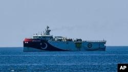 Kapal riset milik Turki, Oruc Reis, terlihat di pantai Laut Tengah, dekat Kota Antalya, Turki, 22 Juli 2020. (Foto: AP)