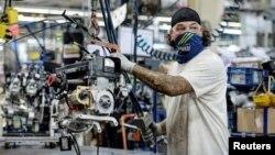 Un técnico trabaja en un vehículo Polaris para la nieve en la planta de ensamblaje en Rosseau, Minnesota, el 7 de junio del 2021.