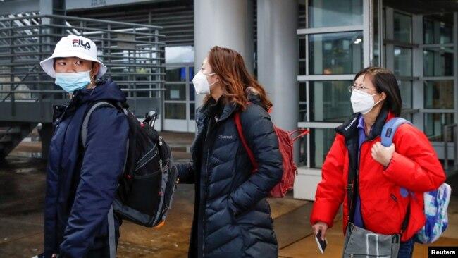 戴着口罩的乘客从中国搭乘直飞航班抵达美国芝加哥机场。(2020年1月24日)