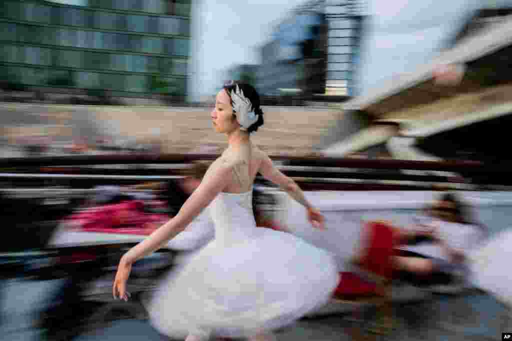독일 베를린을 소개하는 관광 프로그램 중 베를린주립발레단원이 '백조의 호수'의 한 장면을 선보이고 있다.
