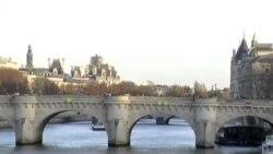 Parisi ziyarət edən turistlər fransalılara dəstək olmağa çalışır