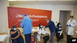 Esta foto del 8 de enero de 2021, muestra a las hermanas Claudia Scott-Mighty (izquierda) y Althea Scott-Bonaparte, directoras de atención al paciente, y Christine Scott, enfermera de terapia intensiva, con su segunda dosis en Bronxville, Nueva York.