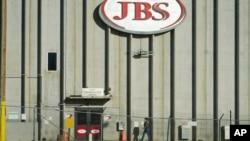 Un trabajador se dirige a la planta empacadora de carne de JBS el lunes 12 de octubre de 2020 en Greeley, Colorado, EE. UU.
