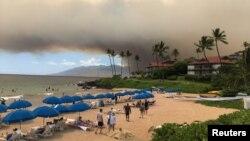Asap akibat kebakaran hutan tampak di Maui, Hawaii, Kamis (11/7).