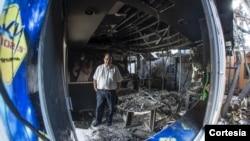 El director de Radio Darío, Aníbal Toruño, muestra los restos del incendio que destruyó el medio. [Foto de Oscar Navarrete/La Prensa]