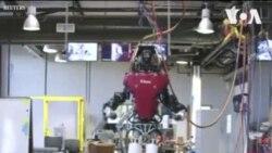 Un robot humanoïde marche dans une passerelle semblable à une corde raide
