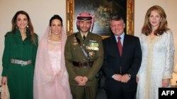 Raja Abdullah II dan Ratu Rania (kiri) serta Ratu Noor, saat menghadiri pernikahan Pangeran Hamzah dan Putri Basma Otoum (foto: dok).