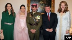 Бывший наследный принц Иордании Хамза (в центре)
