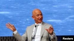Jeff Bezos, fondateur d'Amazon et Blue Origin, à l'occasion du JFK Space Summit, célébrant le 50e anniversaire de l'atterrissage sur la lune, à Boston, Massachusetts, États-Unis, le 19 juin 2019.