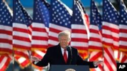 ARHIVA - Predsjednik Donald Trump posljednjeg dana na položaju, pred ukrcavanje u predsjednički avion u vazdušnoj bazi Endruz u Merilendu 20. januara 2021.