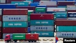 Arhiva: Kamion natovaren kontejnerima snimljen pored kineske zastave u Jangašan luci u Šangaju, Kina, 6. avgusta 2019. (Foto: Reuters, Aly Song)