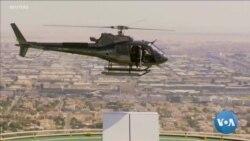 Un cycliste saute d'un hélicoptère sur le toit d'un gratte-ciel de Dubaï