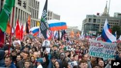 俄罗斯民众2019年8月10日手举国旗和各种政党的旗帜在莫斯科举行大规模抗议集会。