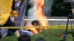 2015-08-12 美國之音視頻新聞:一名南韓男子在日本駐韓使館外自焚
