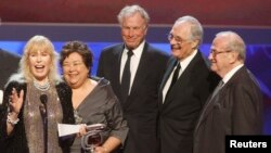 """FILE - Cast members of """"M-A-S-H,"""" left to right, Loretta Swit, Kellye Nakahara Wallett, Wayne Rogers, Alan Alda and series writer Larry Gelbart accept the Impact award at the taping of the 7th annual TV Land Awards in Los Angeles, April 19, 2009."""