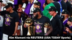 L'attaquant des Los Angeles Lakers, LeBron James, sourit en tenant le trophée du MVP et des finales après le sixième match des finales de la NBA 2020. (Photo: Kim Klement-USA TODAY Sports via Reuters)