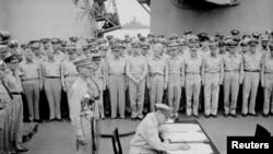 ພາຍພົນ Douglas MacArthur ຕາງໜ້າໃຫ້ຜູ້ບັນຊາການສູງສຸດຂອງຝ່າຍພັນທະມິດ ເຊັນຂໍ້ຕົກລົງຢູ່ໃນພິທີຍອມຈໍານົນຂອງຍີ່ປຸ່ນ ຢູ່ເທິງກໍາປັ່ນລົບ USS 'Missouri' ທີ່ຈອດຢູ່ໃນອ່າວໂຕກຽວ ໃນວັນທີ 2 ກັນຍາ, 1945 (ພາບຖ່າຍໂດຍ Lt. C. F. Wheeler/US Navy/Handout ສະໜອງໃຫ້ໂດຍຜ່ານອົງການຂ່າວ Reuters)