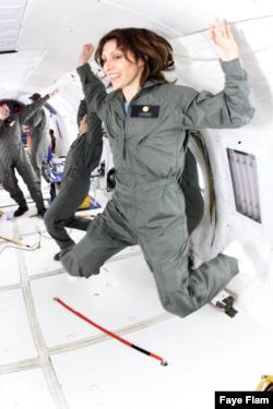 페이 플램 과학 전문 기자가 미국의 우주 개발 현황 보도를 위해 항공우주국(NASAㆍ나사)의 무중력 실험에 참가하고 있다. (페이 플램 제공)
