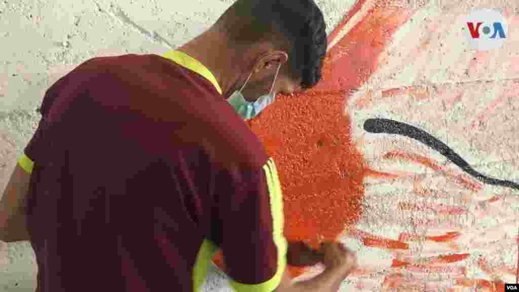 """Otro joven artista que usa la capital venezolana para exponer su trabajo es Pedro Freitas. """"me siento muy orgulloso, de que tanto en Caracas, como a nivel nacional se está dando mucho lo que es el arte"""", comenta a la VOA."""