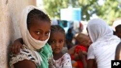Impunzi zivuye mu ntara ya Tigre iberamo intambara muri Etiyopiya zitegereje kwiyandikisha muri HCR i Hamdayet, muri Sudani