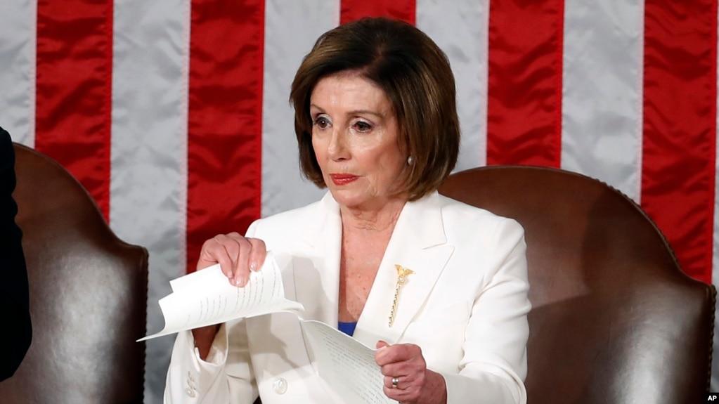 Chủ tịch Hạ viện Nancy Pelosi xé toạc bản văn Thông điệp Liên bang sau khi Tổng thống Donald Trump phát biểu xong trước lưỡng đảng tại Quốc hội hôm 4 tháng 2 năm 2020. (Ảnh AP)