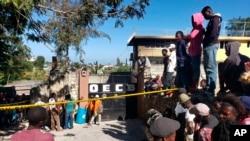 Une foule devant l'orphelinat de l'Église de la compréhension de la Bible où un incendie s'est déclaré la nuit précédente dans la région de Kenscoff, près de Port-au-Prince, Haïti, le 14 février 2020. (AP)