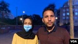Zainab y Nasim, un joven matrimonio afgano, se encuentra en Barcelona, España, después de escapar de Afganistán. [Foto: VOA/Julia Riera]