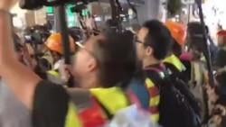 香港警務人員懷疑打扮成示威者混入示威群眾
