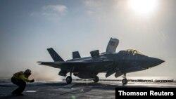 23일 미 해군은 F-35B 전투기가 아프가니스탄 내 탈레반 관련 목표물을 공격하기 위해 에섹스 상륙강습함에서 이륙하는 사진을 공개했다.
