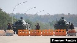 ایستگاه بازرسی که نظامیان میانمار در راه منتهی به پارلمان ایجاد کردهاند