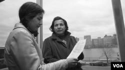 ادی بنتون بنی به یکی از اعضای قبیله وامپانوگ در ایالت ماساچوست دعایی را که نوشته است نشان می دهد. آرشیو، ۴ نوامبر ۱۹۷۱