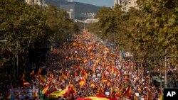 Učesnici protestne šetnje za jedinstvo Španije, u Barseloni (27. oktobar 2019.)