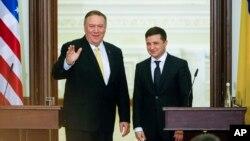 مایک پمپئو وزیر خارجه آمریکا (چپ) و ولودیمیر زلنسکی رئیس جمهوری اوکراین در کییف - ۱۱ بهمن ۱۳۹۸