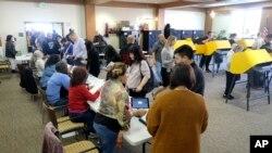 Pemilih AS antusias untuk memberikan suara di Alhambra, California, Selasa (3/3).