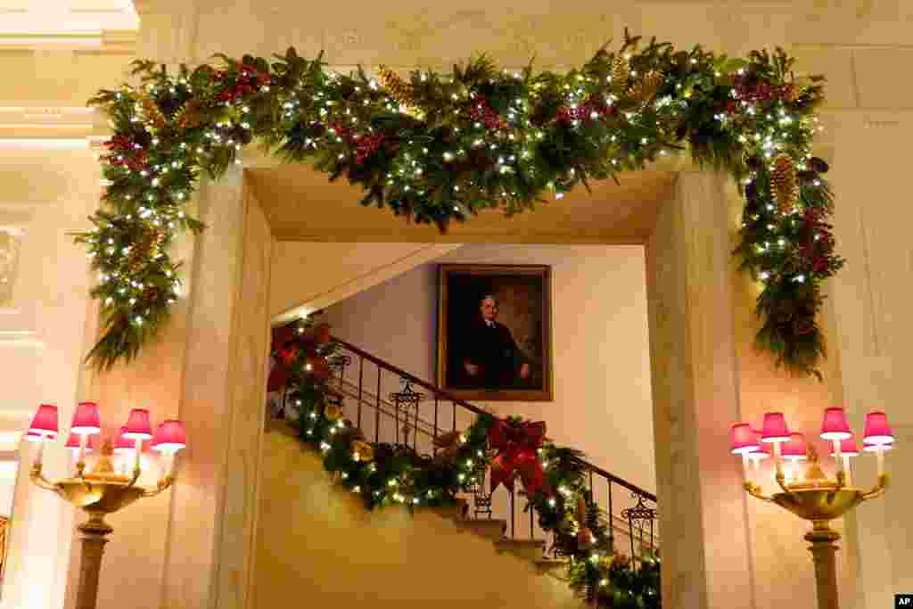 En la imagen la gran escalera de la Casa Blanca decorada para la Navidad de 2020, el lunes 30 de noviembre de 2020 en Washington.