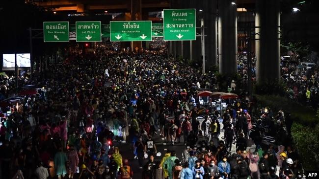 泰国民众10月17日不顾政府镇压再度走上首都曼谷街头进行抗议。